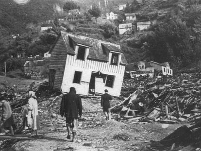 En el puerto de Corral, cercano a Valdivia, una ola de 12 metros causó estragos tras el terremoto de 1960. Muchos vecinos se acercaron a observar el fondo de la bahía, que quedó descubierto unos minutos tras recogerse el mar y fueron alcanzados por la posterior ola.