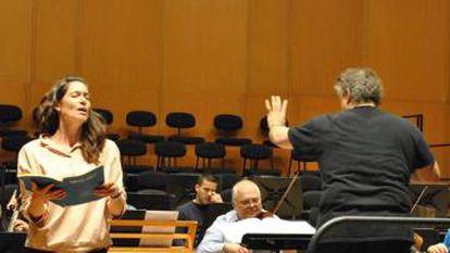 Ensayo de la 'Misa en do menor' con la soprano Kate Royal y, de espaldas, el director Richard Egarr.