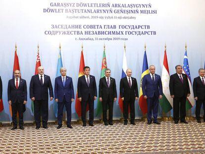 Vladímir Putin (el quinto por la derecha) en la cumbre de dirigentes de la Comunidad de Estados Idependientes en Ashjabad 2019
