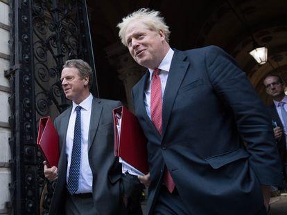 Boris Johnson abandona este martes Downing Street después de reunirse con sus ministros.