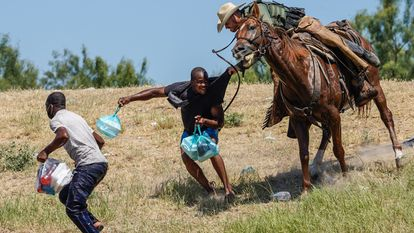 Un agente de la Patrulla Fronteriza de los Estados Unidos a caballo intenta evitar que un migrante haitiano ingrese a un campamento en las orillas del Río Grande cerca del Puente Internacional Acuña, Texas.