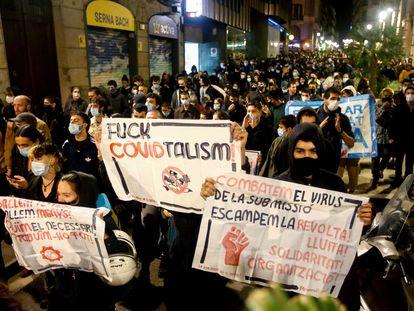 """Simpatizantes de la CUP, Endavant y Arran participan en la protesta en contra del toque de queda y """"la privación de derechos y libertades en Barcelona."""