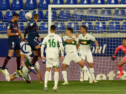 El delantero del Huesca Rafa Mir marca el 1-0 ante el Elche
