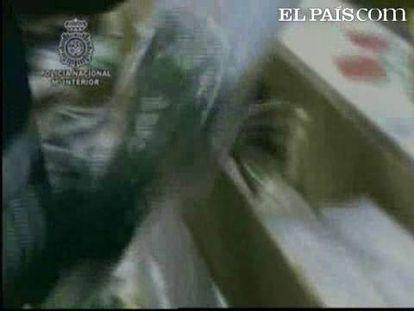 Agentes de la Policía Nacional han interceptado en el Aeropuerto de Madrid-Barajas 71 kilos de cocaína camuflados en 70 cajas de rosas.