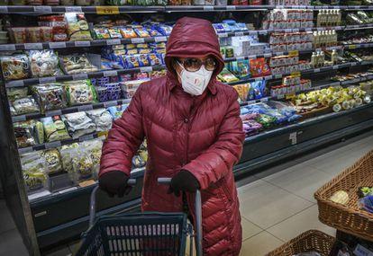 Una mujer hace la compra con mascarilla este martes en un supermercado de Pekín.