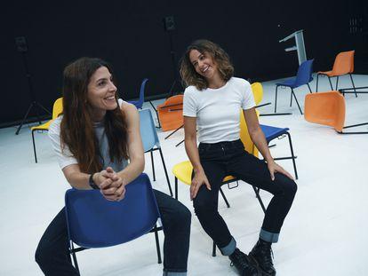 Las actrices Bárbara Lennie e Irene Escolar en un descanso de 'Hermanas'.