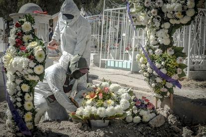 Trabajadores sepultan a un hombre que murió de covid-19 en Ecatepec (Estado de México).