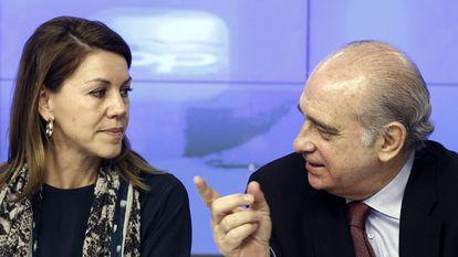 María Dolores de Cospedal y Jorge Fernández Díaz, en un acto en Madrid en 2013.