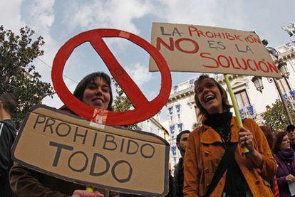 Manifestación en Granada contra la ordenanza municipal que prohibe, entre otras cosas, la venta callejera de claveles.