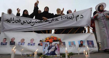 Familiares de los agentes marroquíes asesinados, en Rabat.