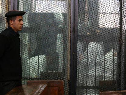 Un grupo de presos detenidos por manifestarse en favor del islamista Mohamed Morsi, durante una vista judicial, el 9 de enero de 2018, en El Cairo.