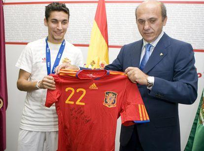 Navas entrega al presidente del Sevilla una camiseta de la Selección dedicada al Sevilla.