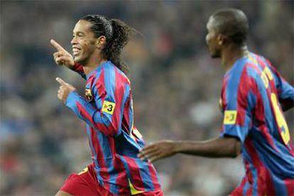 Ronaldinho celebra con Eto'o un en el Bernabéu.