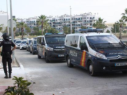Vehículos de Policía Nacional durante la operación contra las narcolanchas.