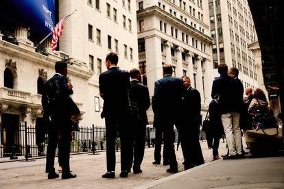 Intermediarios bursátiles junto a la Bolsa de Nueva York.