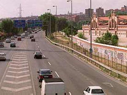 La autovía M-30, con el antiguo matadero a la derecha y el cauce del Manzanares a la izquierda.