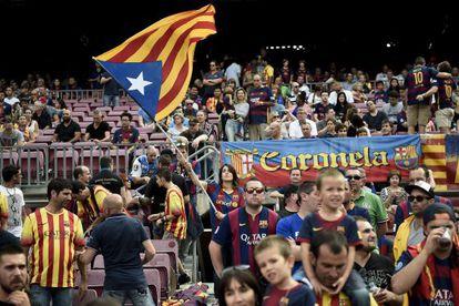 Una estelada ondea en el Camp Nou.
