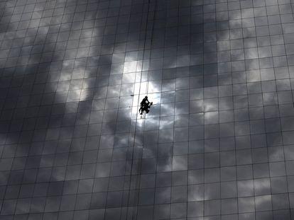 Un limpiacristales trabaja en la fachada de un hotel de Rio de Janeiro.