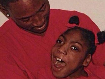 Timesha Beauchamp en una foto familiar con su hermano.