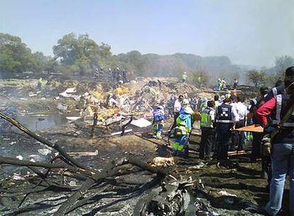 Servicios de rescate junto a la aeronave siniestrada.