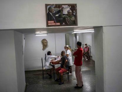 Dos enfermeras atienden en un centro de vacunación en La Habana.