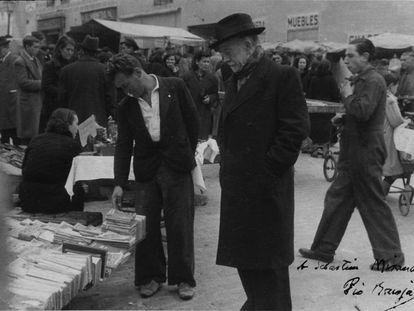 Pío Baroja curioseando en El Rastro madrileño en 1950. La fotografía está dedicada a Sebastián Miranda.