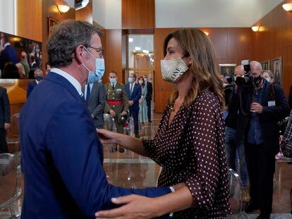 Eva Cárdenas saluda a su pareja, Alberto Núñez Feijóo, en la toma de posesión como presidente de la Xunta de Galicia el pasado septiembre