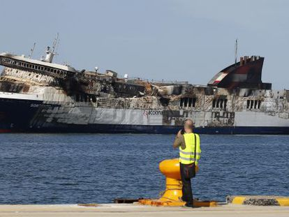 El buque Sorrento, que sufrió un incendio en el trayecto de Palma de Mallorca a Valencia, a su llegada al puerto de Sagunto.