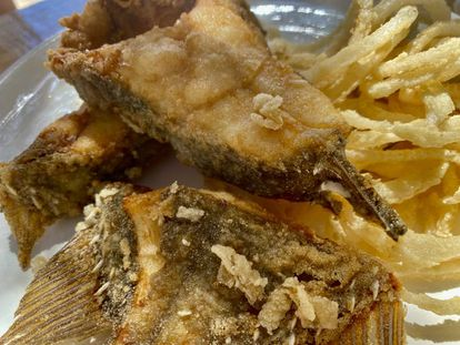 Pez San Pedro con aros de cebolla fritos. J.C. CAPEL