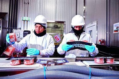 Hasta que triunfen las carnes sintéticas, las que ya han llegado a restaurantes y supermercados son las de origen vegetal. Las estadounidenses Impossible Foods y Beyond Meat están triunfando en ciudades como Nueva York.