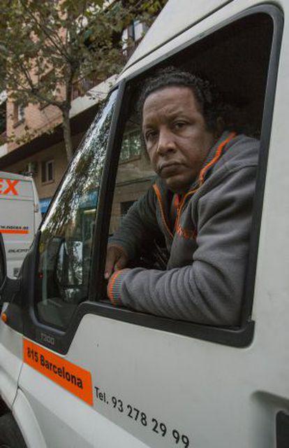 Ernesto Tejada en su furgoneta.