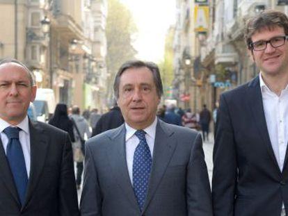 De izquierda a derecha, Ramiro González, Xabier Agirre y Gorka Urtaran este lunes en Vitoria.