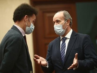 El ministro de Justicia, Juan Carlos Campo (derecha), en el Congreso con el portavoz adjunto de Ciudadanos, Edmundo Bal.