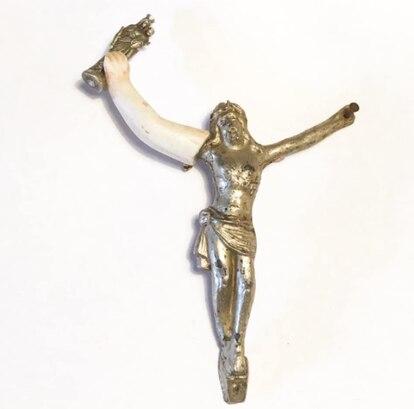 Crucifijo con una pequeña virgen María en la mano.
