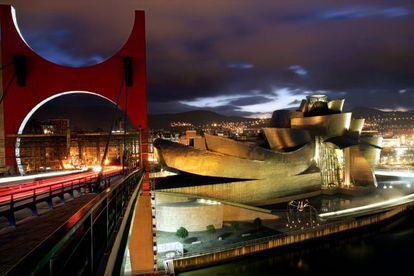El Puente de La Salve, pintado de rojo por el artista Daniel Buren, y el Museo Guggenheim, de Frank Gehry, en Bilbao.