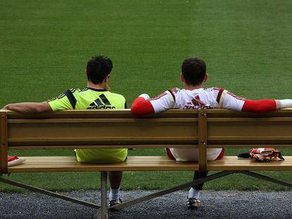 Xavi y Casillas conversan durante un entrenamiento.