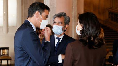 Pedro Sánchez conversa con el presidente del Consejo General del Poder Judicial, Carlos Lesmes, y con la ministra de Justicia, Pilar Llop.