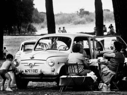 Pícnic veraniego junto al Seat 600 en la Casa de Campo de Madrid, en 1965.