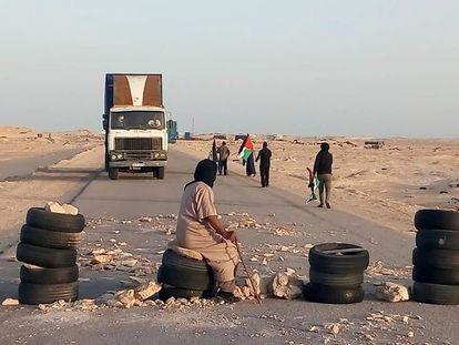 Saharauis llegados desde los campos de refugiados en Argelia bloquean al paso fronterizo de Guerguerat, el pasado día 21.