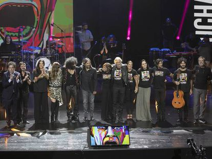 Los participantes en el concierto de presentación del disco 'Lucha de gigantes' saludan al final de la gala.