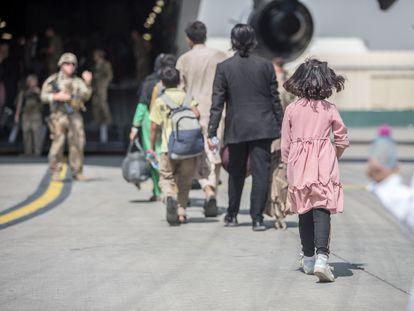 Ciudadanos afganos acceden a un avión para ser evacuados desde el aeropuerto de Kabul, Afganistán.