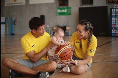 Marta Fernández, con su marido el entrenador Alberto Miranda y su hija Alba durante el campus de Rudy Fernández en Mallorca.