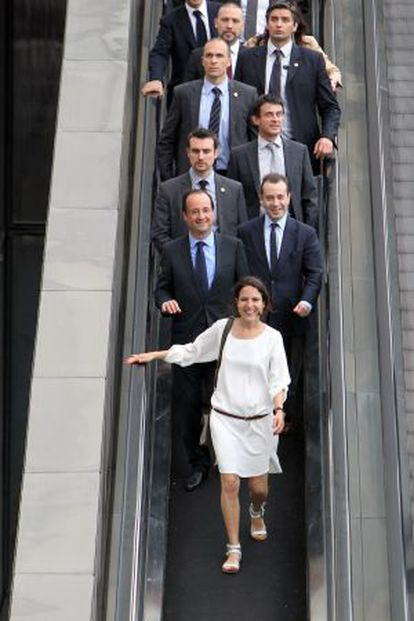 Mazarine Pingeot, acompañada del presidente François Hollande y de su séquito.