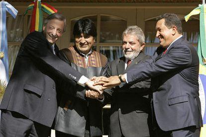 De izquierda a derecha, Néstor Kirchner, Evo Morales, Luis Inacio Lula Da Silva y Hugo Chávez, al comienzo de la reunión.