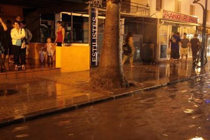 La lluvia a su paso por Tarragona ha dejado varias calzadas inundadas. La fuerte tormenta que ha caído en toda Cataluña de norte a sur a lo largo de la tarde ha obligado a los Bomberos a realizar un total de 90 salidas todas por incidencias leves.