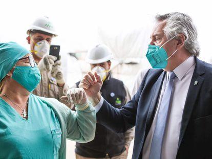 El presidente de Argentina, Alberto Fernández, saluda a una trabajadora sanitaria este 21 de mayo en Santiago del Estero.