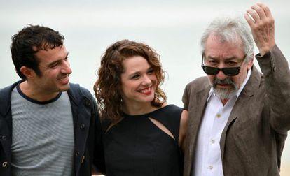 El realizador, Javier Rebollo, posa junto a los actores, José Sacristán, y Valeria Alonso.