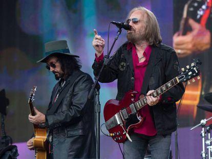 Tom Petty (derecha) y Mike Campbell, en su concierto en el Barclaycard British Summer Time de Londres, el domingo 9 de julio.