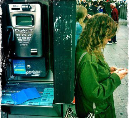 Una joven mira la pantalla de su movil.
