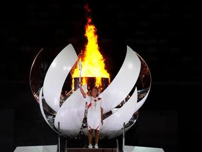 Naomi Osaka sostiene la antorcha olímpica tras enceder el pebetero en el Estadio Nacional de Tokio.